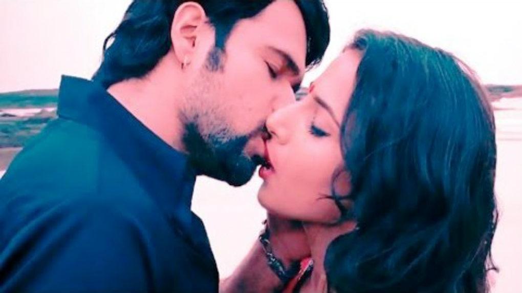 humari adhuri kahani kiss scene images